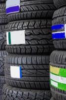 pneus de voiture dans l'entrepôt de pneus de plateau. photo