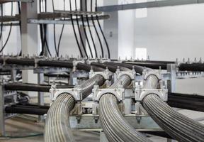 chemin de câbles à haute tension dans le bâtiment photo