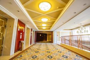 intérieur de l'hôtel moderne et couloir
