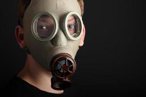 homme avec masque à gaz sur fond noir