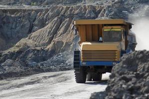 tombereau de carrière travaillant dans un charbon photo