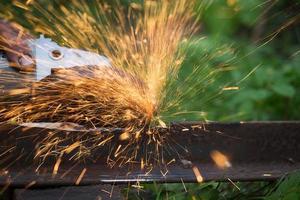 affûtage et découpe du fer par machine à disques abrasifs photo