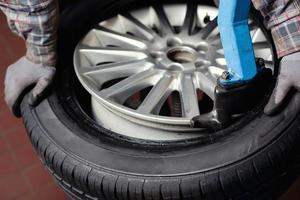 enlèvement des pneus de voiture photo