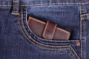 portefeuille marron dans la poche du jean photo