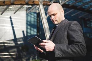 homme d'affaires à la mode élégant réussi à l'aide de la tablette photo