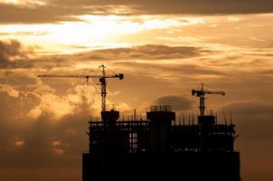silhouette de grue sur la construction de bâtiments photo