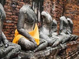 vieille statue de Bouddha à wat chai watthanaram photo