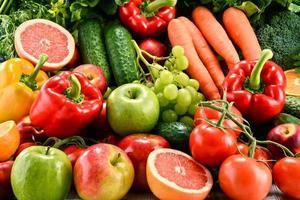 composition avec une variété de fruits et légumes biologiques photo
