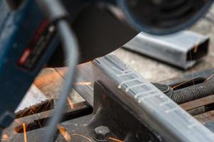 gros plan de couper un carré de métal et d'acier photo