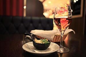verre de vin restaurant intérieur servant le dîner