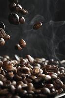 chute de grains de café avec de la vapeur
