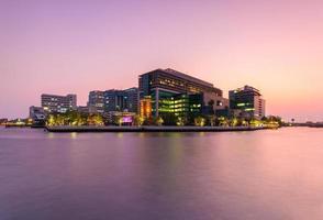 hôpital public au crépuscule dans la rivière photo