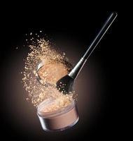 pinceau de maquillage avec du maquillage beige renversant du récipient