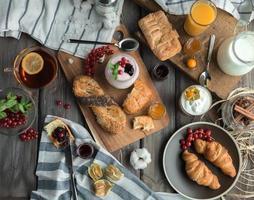 petit déjeuner rouge frais photo