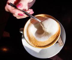 main avec une tasse de café photo