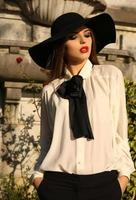 portrait, de, beau, ladylike, femme, porter, élégant, chemisier, et, chapeau