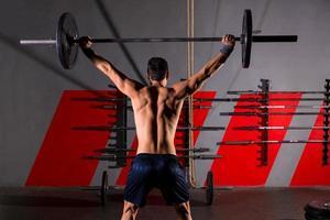 haltères haltérophilie homme vue arrière séance d'entraînement gym