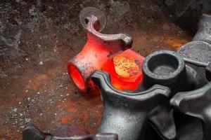 lingot d'acier chaud dans l'espace de travail photo