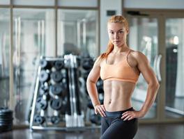 femme dans la salle de gym avec haltères photo