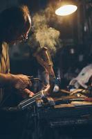 acier soudé par artisan. filtre rétro, grain ajouté. photo