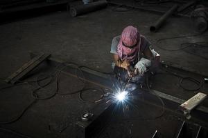 soudeur qualifié au travail. photo