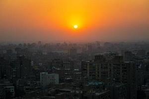 coucher de soleil sur le centre-ville du caire photo