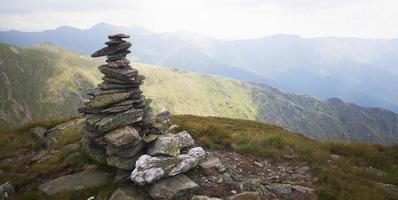 pile de roches sur un pic photo