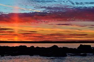 coucher de soleil fabuleux. lac pongoma, carélie du nord, russie