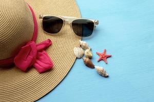 chapeau et lunettes de soleil - mode estivale photo