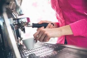serveuse, faire du café photo