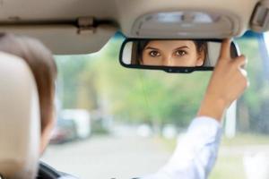 fille agréable au volant d'une voiture photo