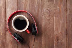 écouteurs et tasse de café