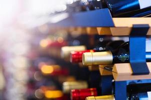 bouteilles de vin sur une étagère photo