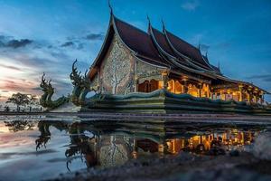 Wat Sirintornwararam le temple dans la province d'Ubon Ratchathani, Thaïlande photo