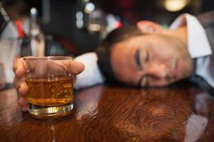 homme d'affaires ivre avec du whisky à la main photo