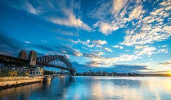 lever du soleil depuis le pont du port de sydney.