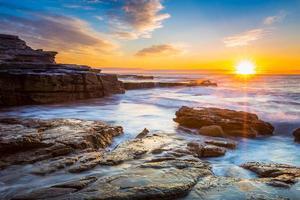 vue de paysage marin de lever du soleil.