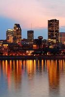 Montréal sur la rivière au coucher du soleil photo