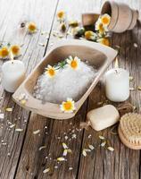 sel de mer avec des composants naturels de camomille. photo