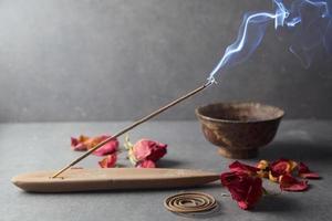 bâtonnet d'encens. aromathérapie photo