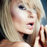 portrait de beauté d'une femme blonde sensuelle. photo