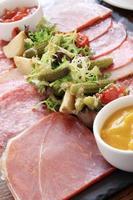 sélection de viande antipasti sur un plateau en ardoise photo