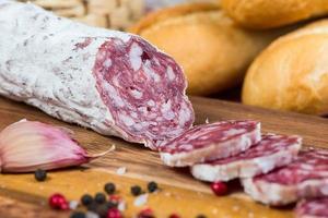 tranches de salami sur planche de bois photo