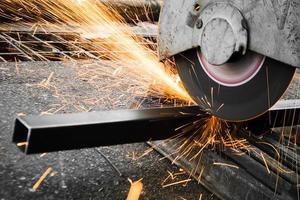 machines pour la coupe des métaux avec lumière d'étincelles photo