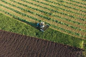 vue aérienne des champs de récolte avec l'ancienne moissonneuse-batteuse photo