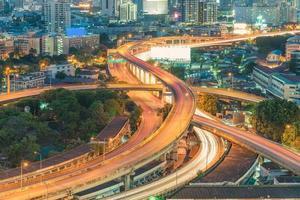voie express surélevée. la courbe du pont suspendu, thaïlande. photo