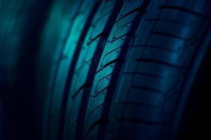 Close up pneu de voiture sur fond sombre photo