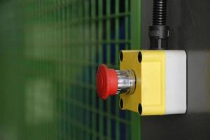 bouton de démarrage rouge pour la machine en usine photo