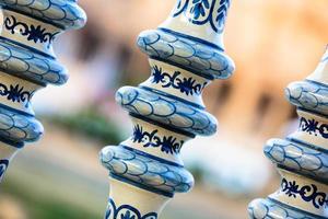 détail d'une balustrade en céramique peinte à la main photo