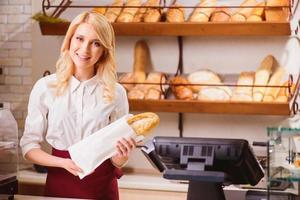 belle jeune vendeuse dans une boulangerie photo
